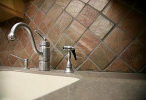 Comment prendre le pulvérisateur du tuyau hors d'un robinet