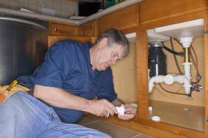 Comment réparer une conduite d'eau qui fuit sur un évier