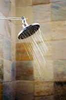 Comment arrêter une porte de douche sans cadre de fuir