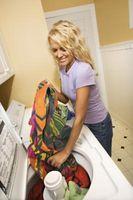Quelles sont les causes des taches d'huile sur les vêtements dans ma machine à laver?