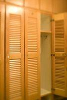 Comment puis-je fixer une porte de placard pliante?