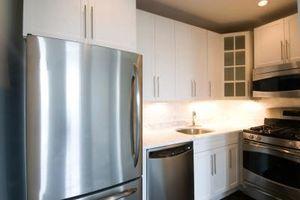 Comment arrêter une porte du réfrigérateur de frapper le mur Lorsque Ouvert