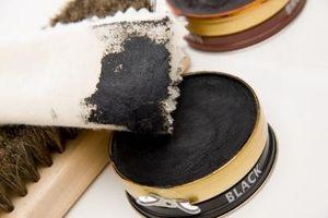 Comment obtenir chaussure noire polonaise Sur Tapis blanc