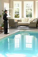 Que mettez-vous dans la piscine d'eau pour le garder propre?